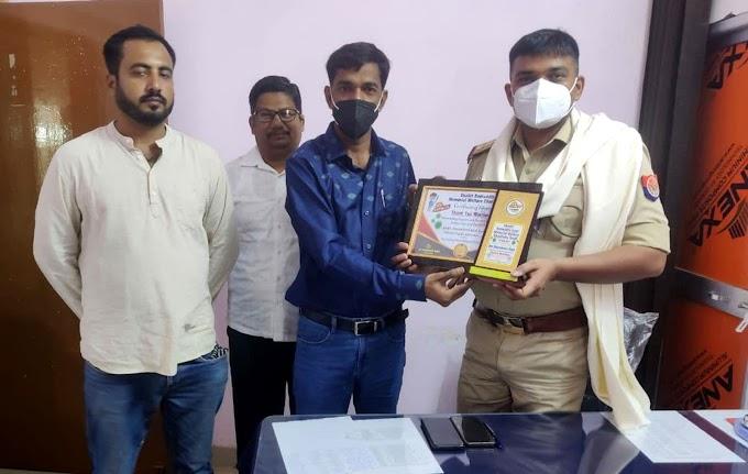 #JaunpurLive : कोतवाली प्रभारी निरीक्षक को किया गया सम्मानित