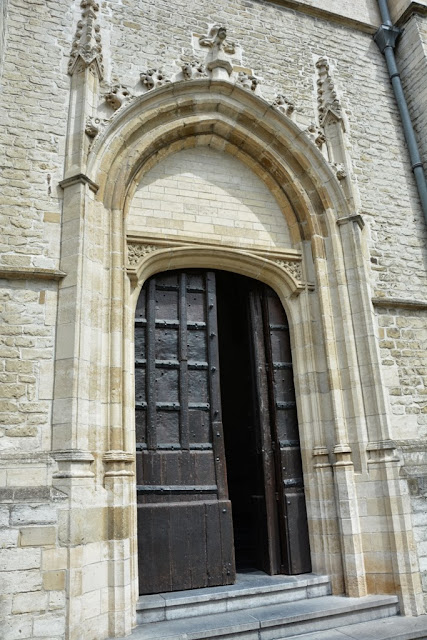 St Hermes church Ronse door