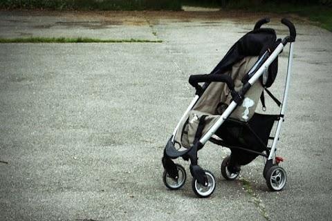 Babakocsit toló apát gázoltak el a járdán; a csecsemő a helyszínen meghalt