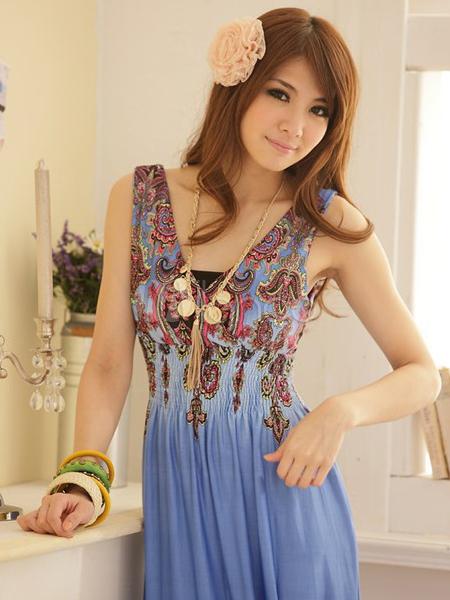 0b7efd0c959f4 Yanda gördüğünüz robası folklorik motiflerle süslü, derin V yakalı mavi  elbise bohem tarzı elbiseler grubuna dahil. Arkadaşın kolundaki renk renk  ...