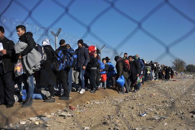 Αποτέλεσμα εικόνας για ΛΑΘΡΟΜΕΤΑΝΑΣΤΕΣ… Έχουν καταλάβει Ελληνικό Στρατόπεδο στην Βέροια…!!! Εμπόδισαν την είσοδο σε εργαζομένους & εκπροσώπους του Υπουργείου