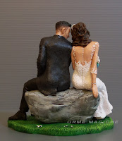 modellini sposi per torta matrimonio sposini personalizzati sposi seduti su una roccia orme magiche