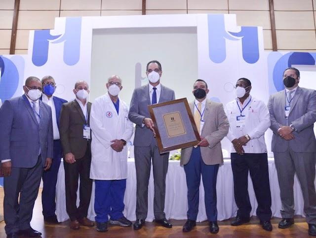 .Reconocen al Dr. Santiago Hazim durante X Jornada Científica del Hospital Ney Arias Lora