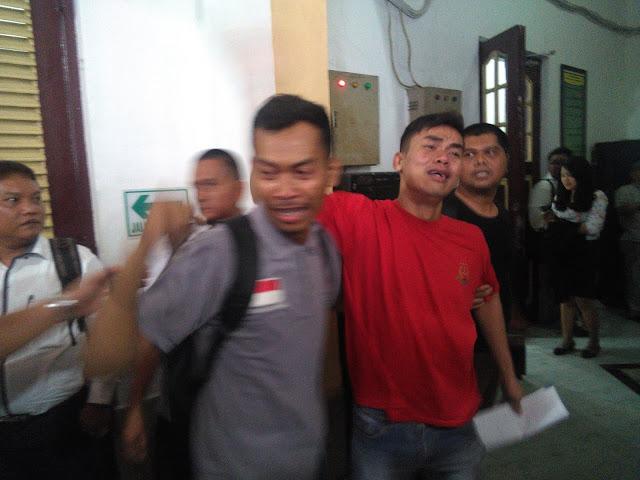 Dibebaskan Hakim, Denis Berkam Lubis Langsung Menangis Peluk Abang