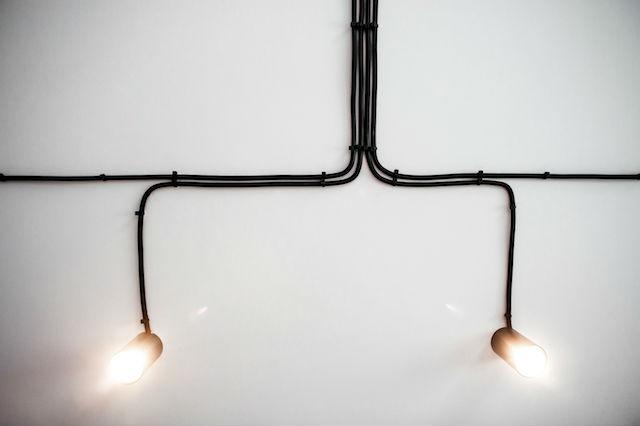 detalle de instalación eléctrica con cables visto