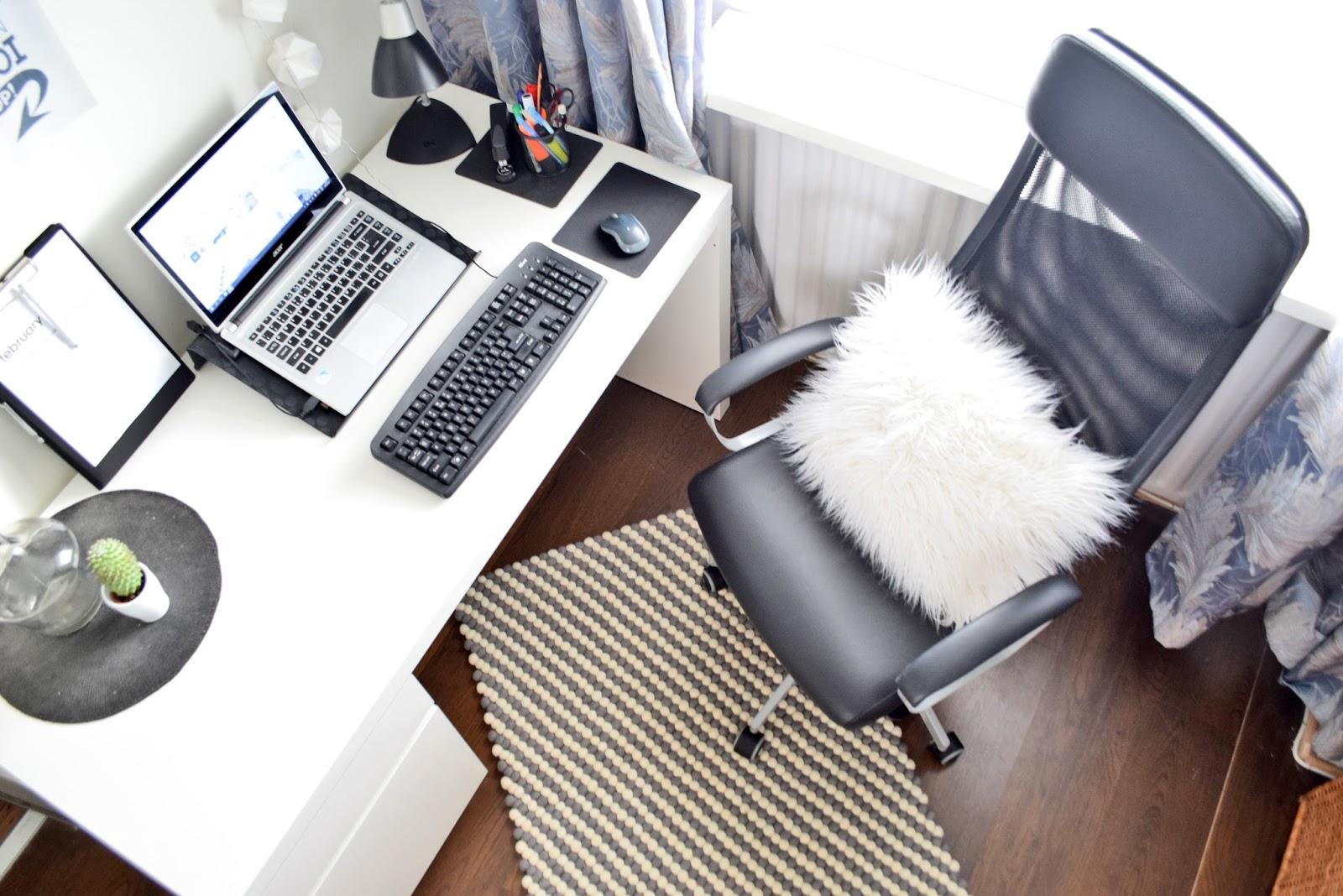 biurko w domu