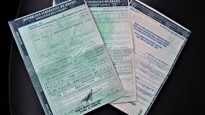 Justiça determina que Detrans voltem a emitir documentos de veículos em papel