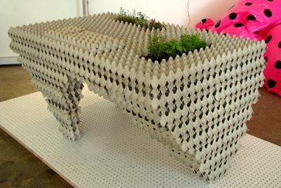 Mesa hecha con cartón de huevo reciclado