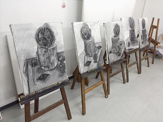 横浜美術学院の中学生教室 美術クラブ 「木炭デッサンを描こう!」完成作品と講評会の様子