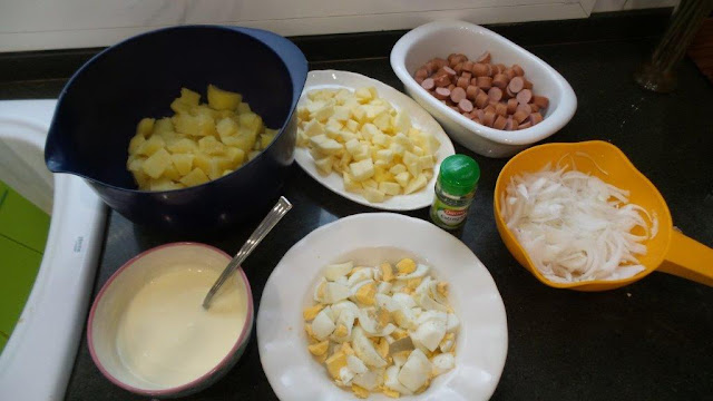 Ingredientes preparados de la ensalada alemana