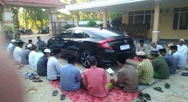 Viral Mobil Baru Dikelilingi Untuk Didoakan