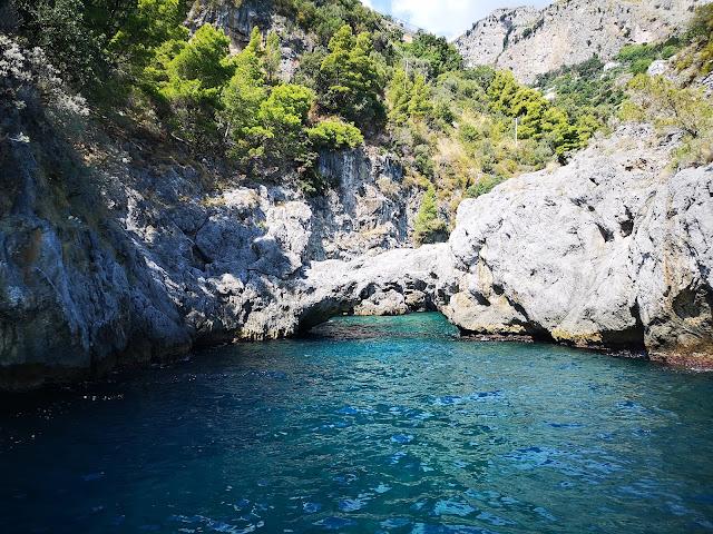 L'arco dell'Amore sulla costiera amalfitana