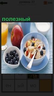 на столе стоит чашка с полезным завтраком и фрукты