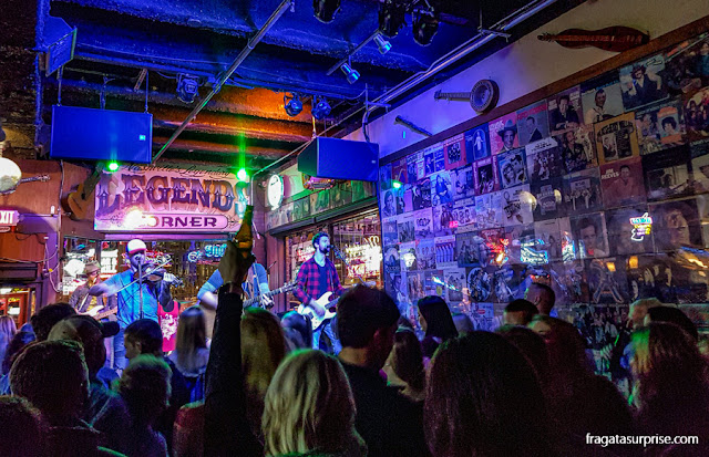 Show musical em um honky tonk de Nashville, Tenessi