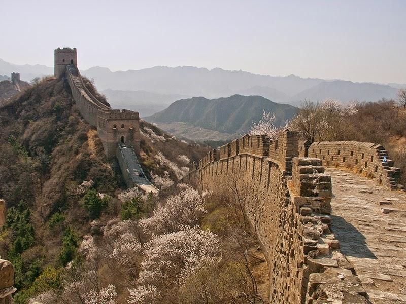 La Grande Muraille qui court sur les crêtes des montagnes