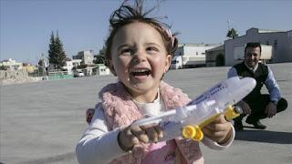 """الطفلة """"سلوى"""".. بين """" لعبة الحرب"""" بإدلب والطفولة الحقيقية بتركيا"""