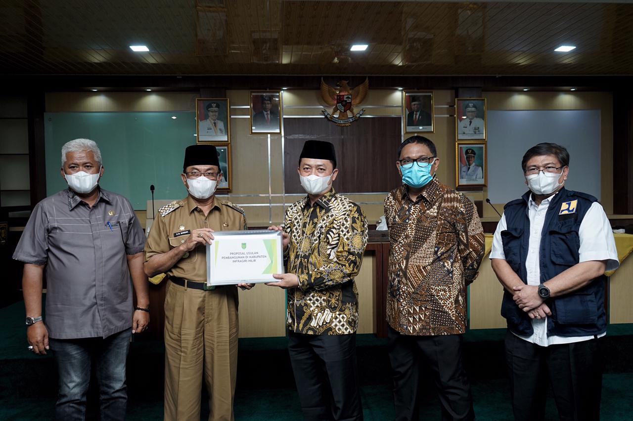 Bupati Inhil serahkan proposal usulan prioritas ke anggota DPR RI /Foto: Prokopim Inhil