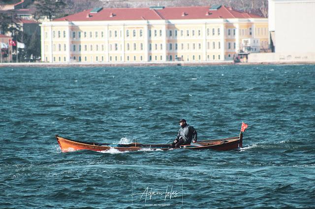 قارب في منتصف البحر