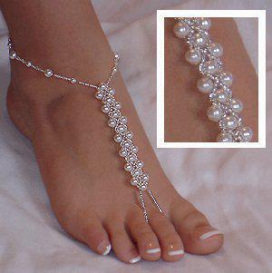 c7dcbfe4f8 Noivos podem ir de bermudão em linho ou calça tipo pijama com cadaço na  cintura e enrolada na perna pode usar um chinelão em couro ou descalço se a  noiva ...