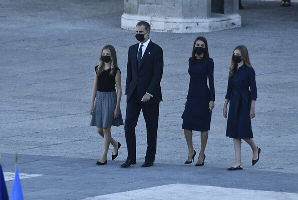 Letizia wears a navy blue dress by Carolina Herrera, Nina Ricci shoes and carries a clutch by Magrit. Princess Leonor and Infanta Sofia