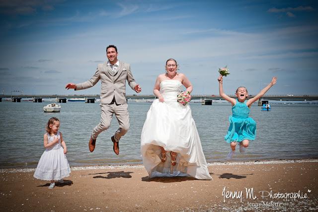 portrait de famille, photo fun, saut sur la plage