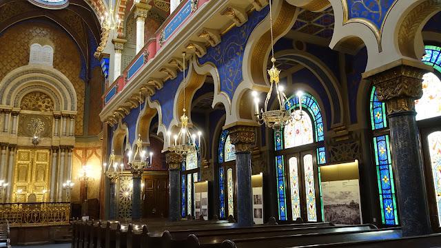 或許不是主流景點的緣故,會堂內的遊客不多,可以靜靜欣賞內部 與一般教堂不同,猶太會堂的裝飾圖樣以幾何或花草居多,沒看過人物,之後的西班牙會堂也是如此