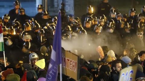Ismét tüntettek Budapesten - Tüntetők az MTVA-székháznál