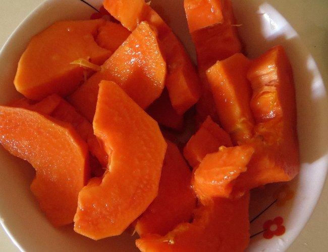 Порезанная папайя на тарелке