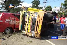 Mobil Ambulans Terlibat Kecelakaan, Sopir Terjepit