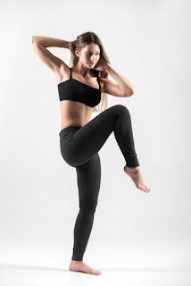 mulher fitness calça legging perna levantada