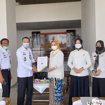 Dekranesda Lampung Terima Hak Paten Tapis Dari Kemenkumham
