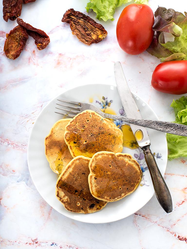 Placuszki z ciecierzycy z suszonymi pomidorami i natka pietruszki - weganskie, bezglutenowe