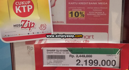 MEGA ZIP : Kulkas merek SHARP yang saya cari dibandrol dengan harga Rp.2.199.000,- melalui skema kredit MEGA ZIP yang syaratnya hanya KTP saja kata petugasnya.(3/6). Foto Asep Haryono