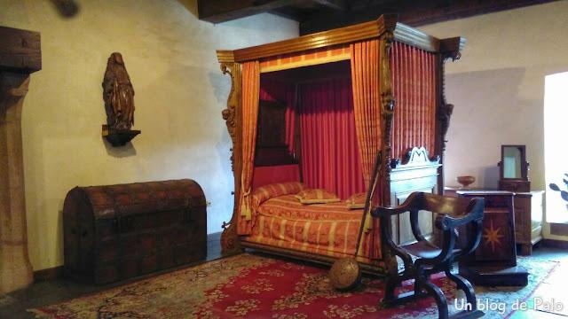 Uno de los dormitorios del Castillo con mobiliario medieval en Vianden
