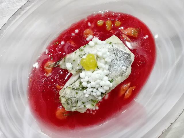 Merluza en salsa Borsch y falsas huevas de crema agria