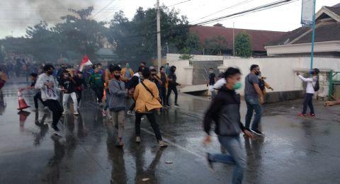 Demonstran Penolak Omnibus Law Ditangkap Polisi yang Menyamar Jadi Wartawan