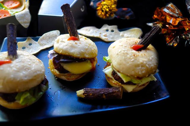 minihamburguesas con estacas clavadas