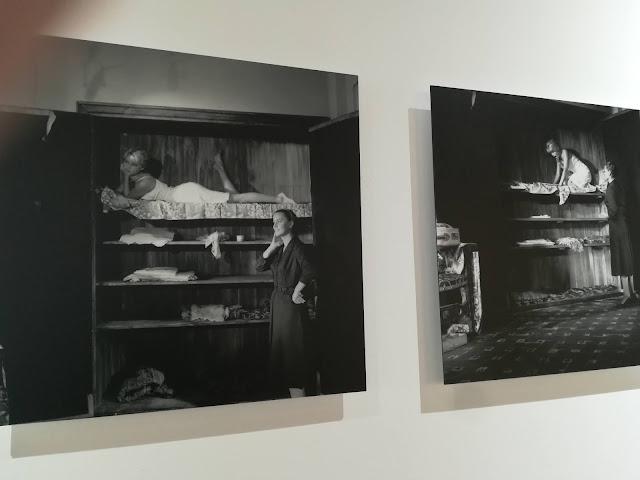 Brigitte Bardot en estantes de armario en blanco y negro