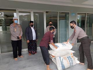 Satu Ton Beras dan 500 pcs Masker dari Kapolda Metro Jaya  Diserahkan ke Pondok Pesantren Al-Hamid