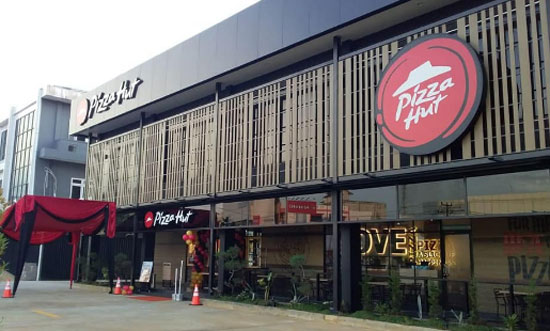 PIZZA HUT ARTERI SUPADIO : Terletak di kawasan Jalan Supadio menuju arah Bandara Internasional Supadio Baru dibuka beberapa bulan yang lalu. Foto dari SycraperCity COM