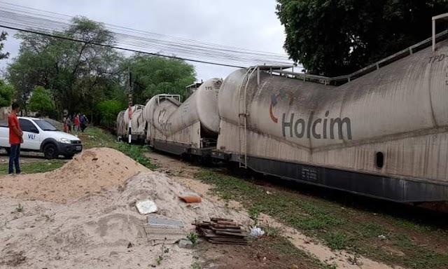 Brumado: trem carregado com cimento descarrila em área residencial