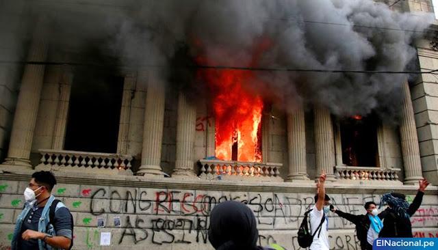 Guatemaltecos queman la sede del Congreso