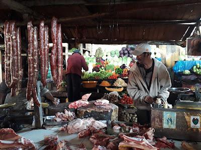 mercado-abierto-carniceria-malgache-en-madagascar-con-enlacima