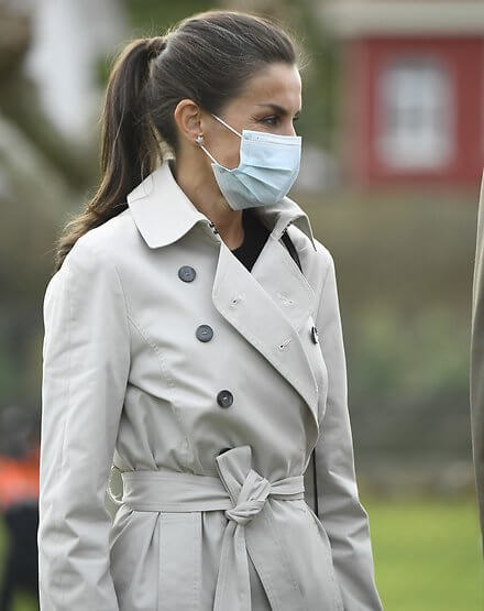 Queen Letizia wore a trench coat and cashmere sweater by Hugo Boss. Crown Princess Leonor wore a new checked coat by Springfield. Infanta Sofia