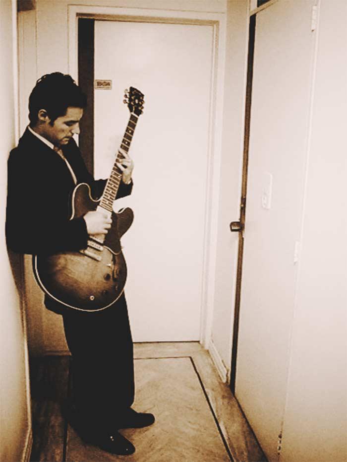 """El autor y su Gibson ES-335 ex- Luís Dueñas, guitarrista de """"Los Speakers"""". Fotografía: Sebastian Dueñas Ocampo."""