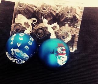 Bolas de navidad con huellas manos