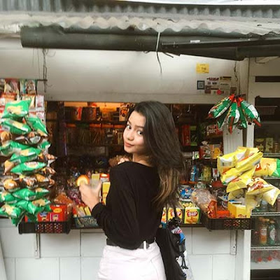 Adzwa Aurell di Warung