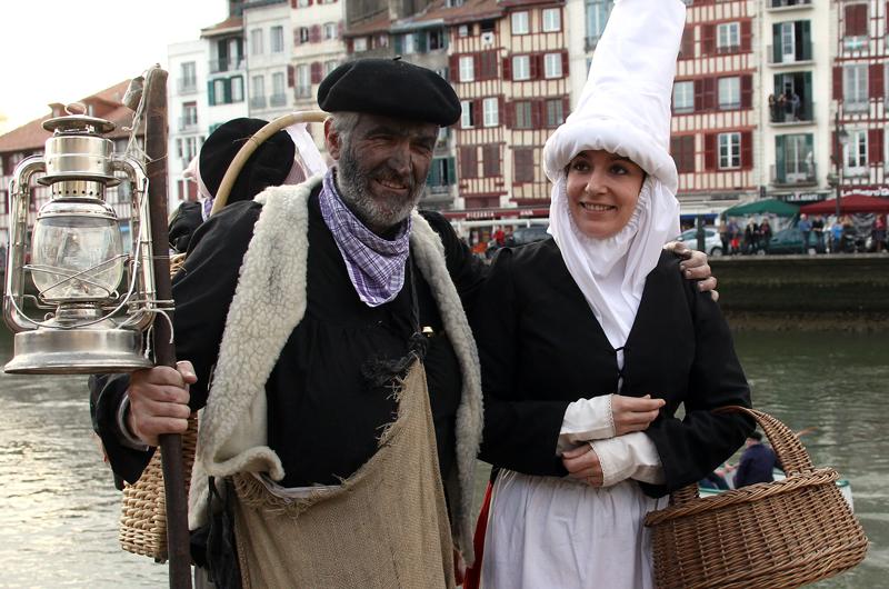 Olentzero et Mari Domingi dans les rues de Bayonne. Source : www.naiz.eus © Bob EDME