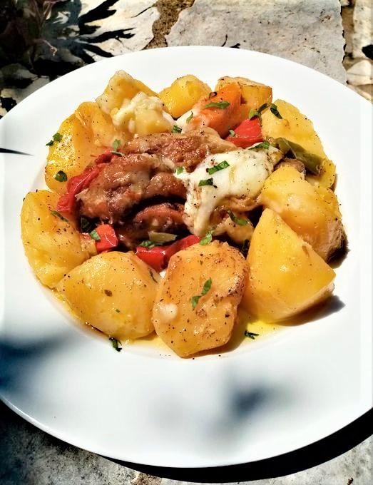 Χοιρινό στη γάστρα με πατάτες, πιπεριές και γραβιέρα