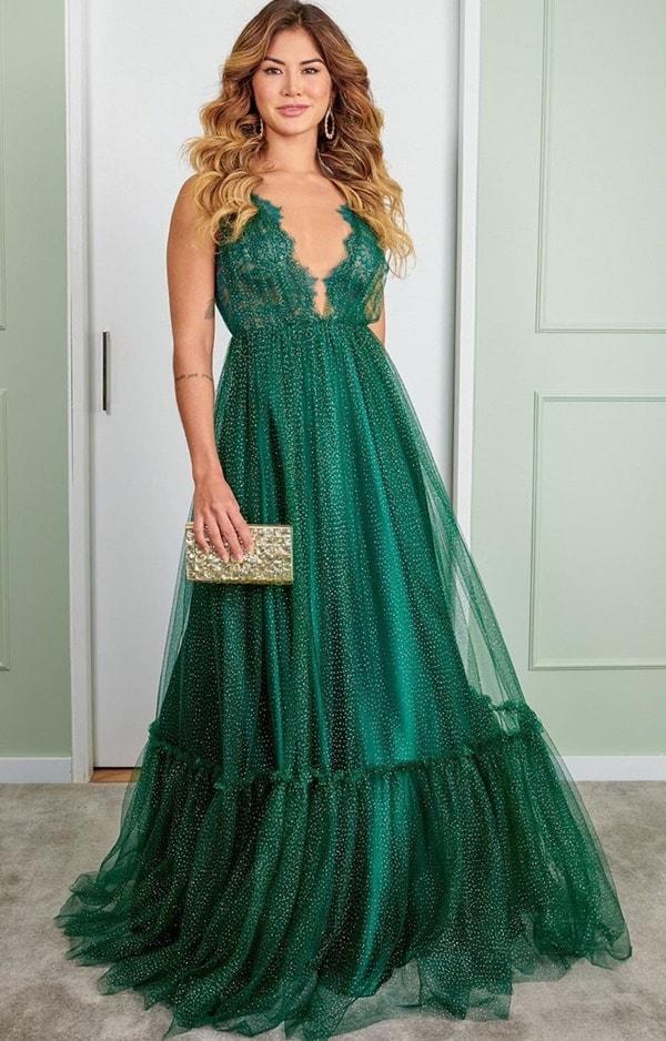 vestido longo verde fluido com brilho no tecido do vestido para madrinha de casamento